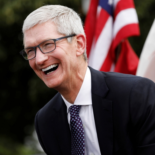 tim-cook-on-the-iphone-x-laughing-meme-drama-usa-flag-sue