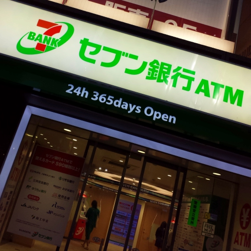 711-seven-eleven-bank-japan-atm-night-cash-convenience-store-cashless-thai-cp-review-credit-card