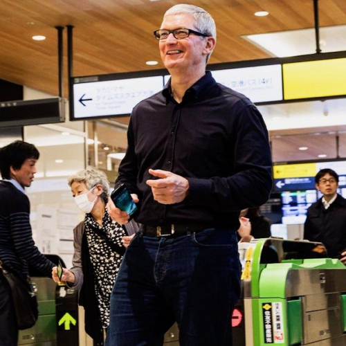 tim-cook-apple-pay-ceo-in-japan-subway-suica-nfc-pass-cashless-tokyo-shinkansen-nikkei