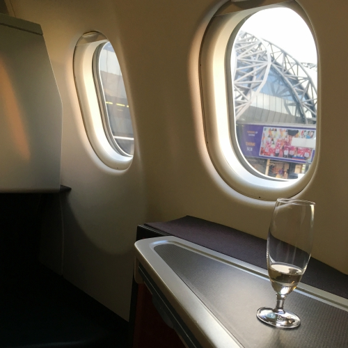 cathay-pacific-business-class-review-backpacker-5-stars-welcome-drink-champagne