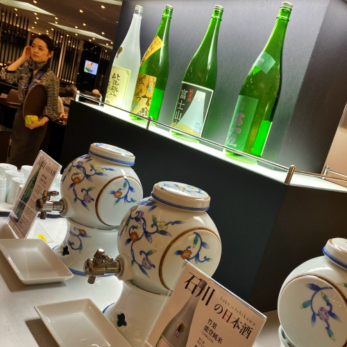 ana-business-class-staggered-review-iphone-11-pro-787-9-tokyo-haneda-lounge-buffet-sake-bar