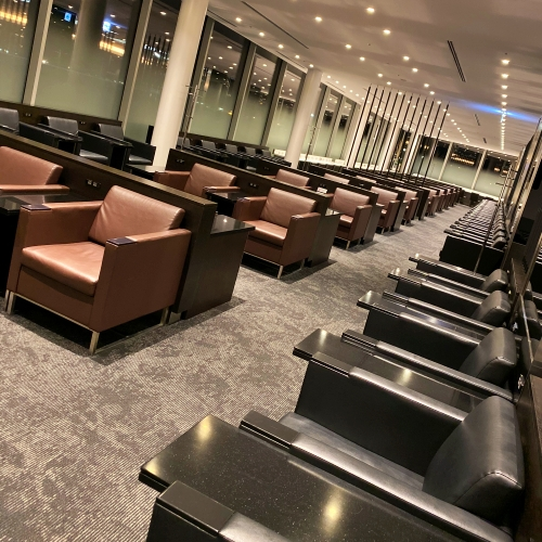 ana-business-class-staggered-review-iphone-11-pro-787-9-tokyo-haneda-lounge-buffet-sofa