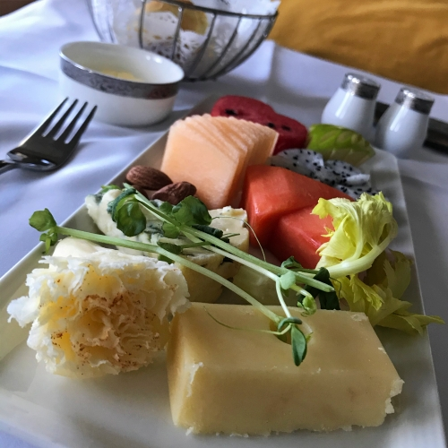 tg-thai-airways-first-class-review-747-tokyo-japan-blogger-sponsor-seat-cheese-fruit